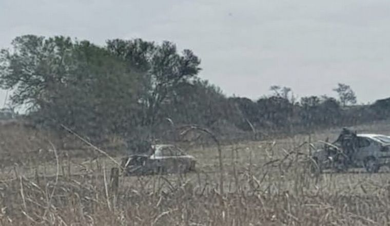 FOTO: El auto apareció quemado en un campo de camino a Capilla de los Remedios.