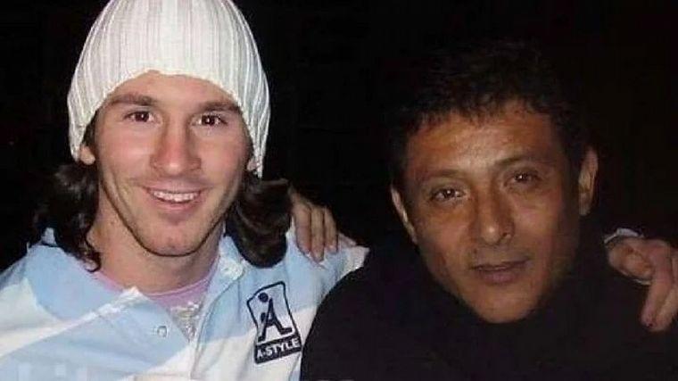FOTO: El cantante Sergio Torres cantó el himno y emocionó a Messi.