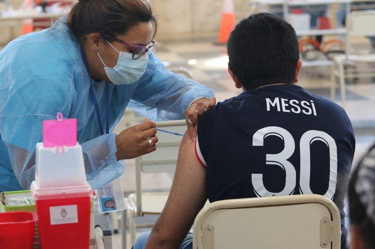 FOTO: Córdoba vacuna a jóvenes de 17 años sin comorbilidades