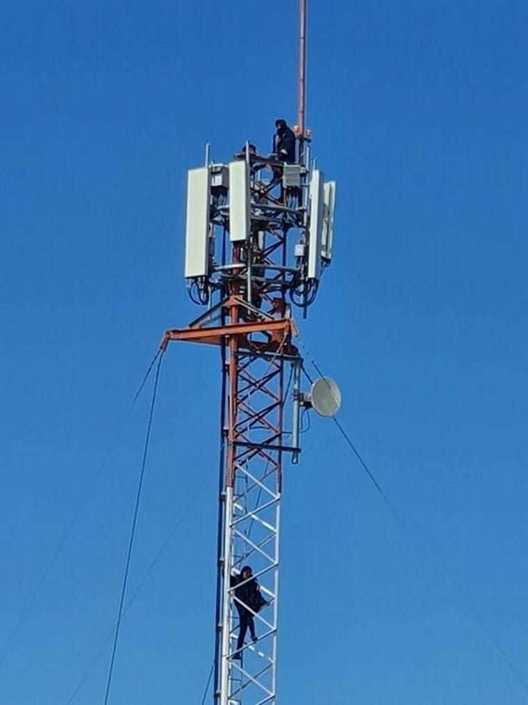 FOTO: Jóvenes santacruceños se treparon a antenas para pedir trabajo.