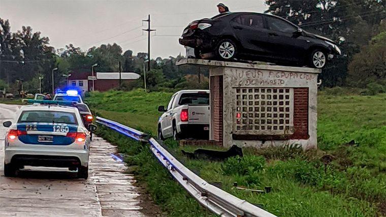 FOTO: Un auto quedó sobre el techo de una garita en Entre Ríos (Foto: La Pirámide).