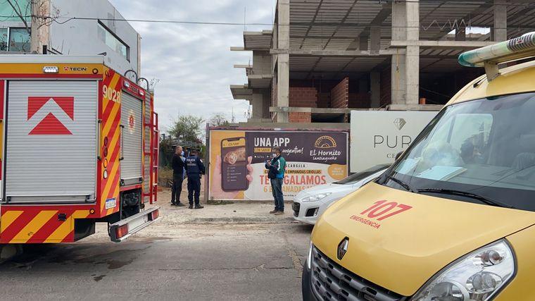 FOTO: Se desmoronó una obra en Cerro de las Rosas y rescatan a los trabajadores