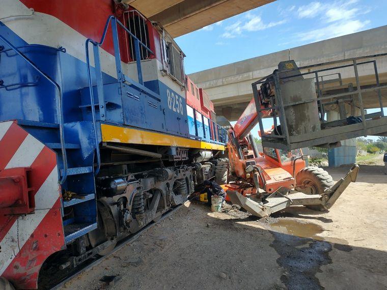 AUDIO: Un tren embistió a una grúa en Córdoba: dos heridos leves