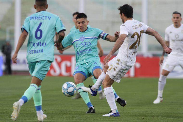 FOTO: Godoy Cruz se impuso en los penales ante Racing en Córdoba.