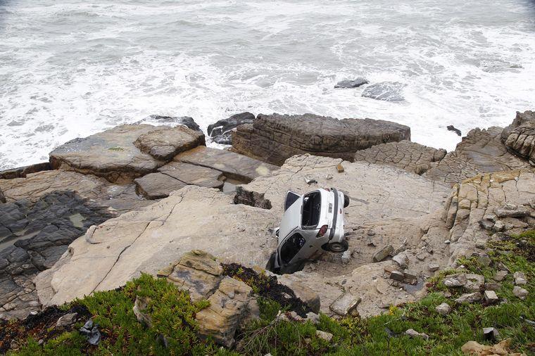 FOTO: Despistó su vehículo y cayó al vacío en la costa