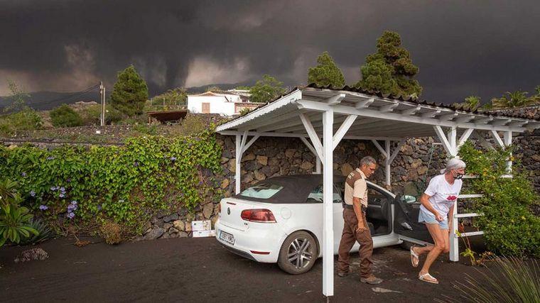 FOTO: Las cenizas dejan inactivo el aeropuerto de La Palma.