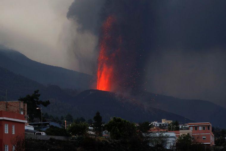 FOTO: El volcán de La Palma, en España, rompió su cono.