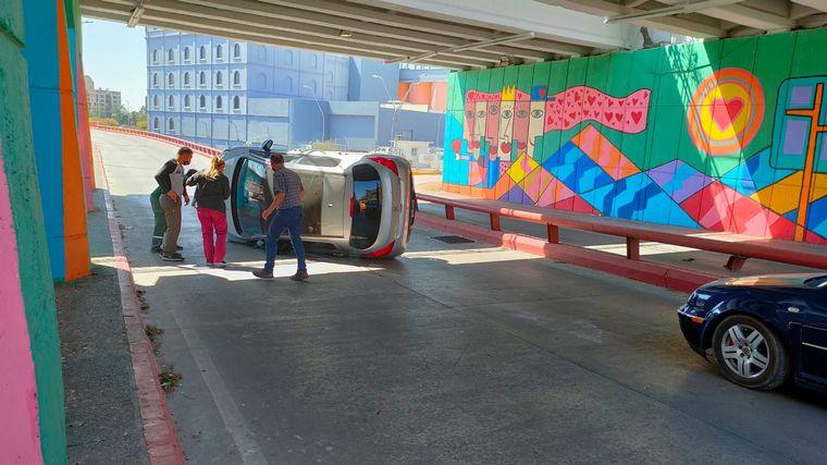 AUDIO: Un auto tumbó en Av. Poeta Lugones y no hubo heridos graves