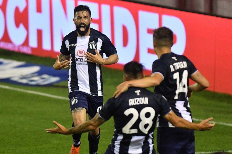 FOTO: Los jugadores de Talleres celebran la apertura del marcador.