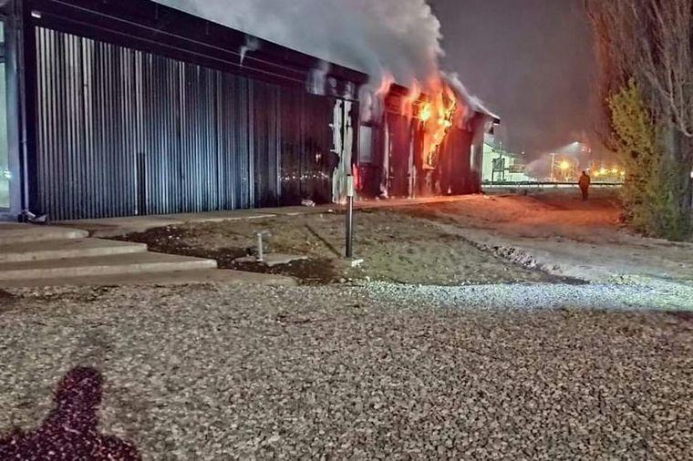 AUDIO: Incendiaron un centro de informes turísticos en El Bolsón