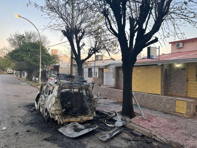 AUDIO: Se incendió un vehículo por completo en barrio Lamadrid