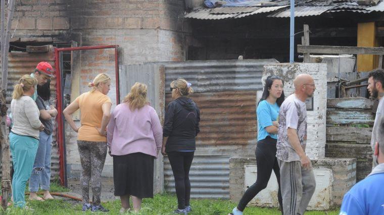 FOTO: Tragedia en Bahía Blanca al incendiarse una vivienda.