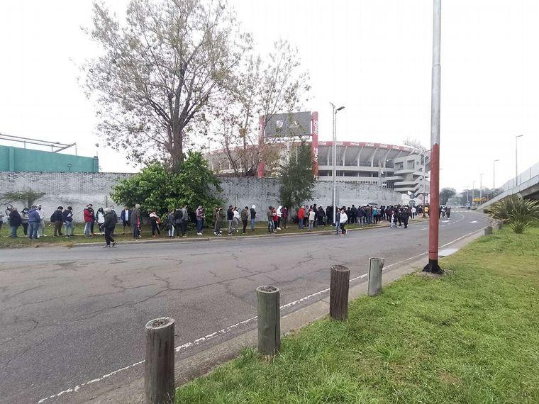 AUDIO: Largas filas para retirar las entradas de Argentina-Perú (Foto: Juan Cortese)