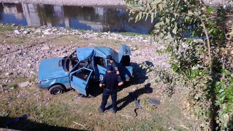 AUDIO: Despistó con su auto y cayó a la vera del río Suquía