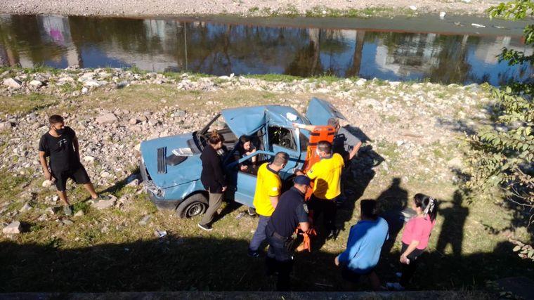 FOTO: El Fiat Duna cayó al lado del río.