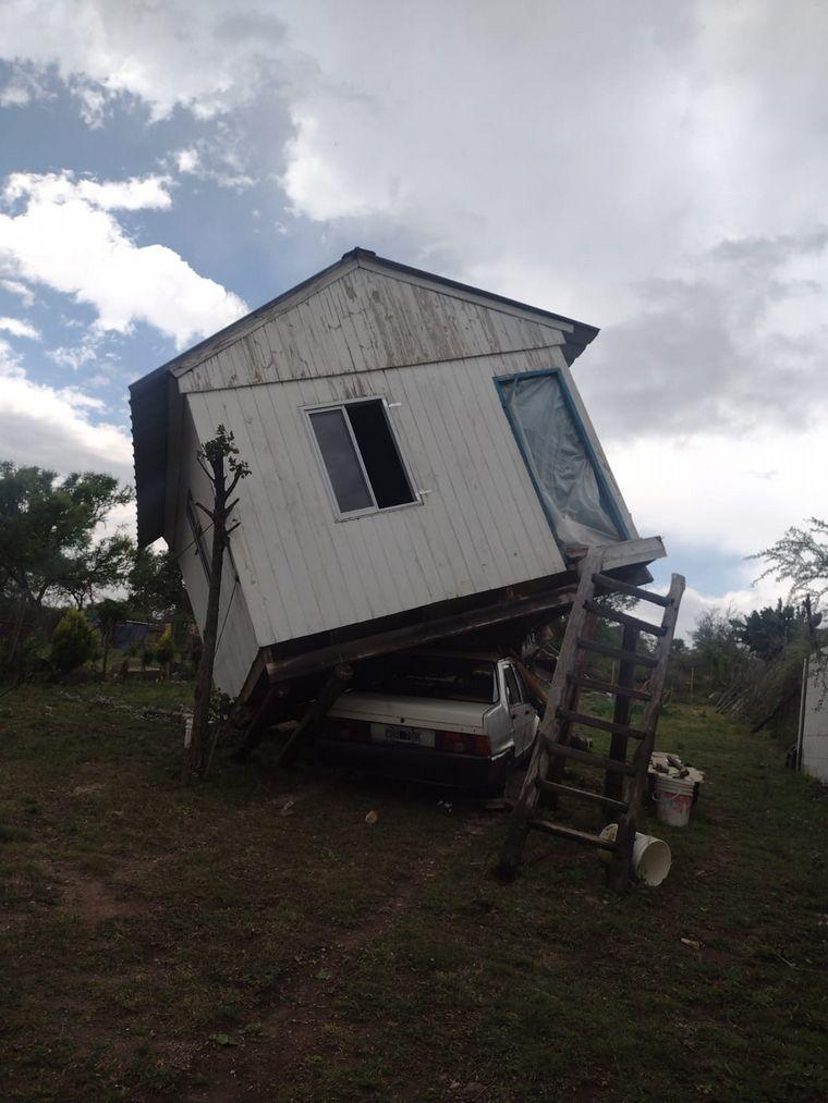 FOTO: Destrozos en Villa Rumipal por los fuertes vientos.