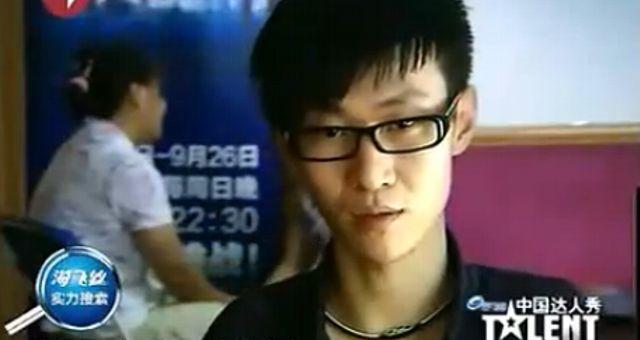 Joven chino manco toca el piano con los pies