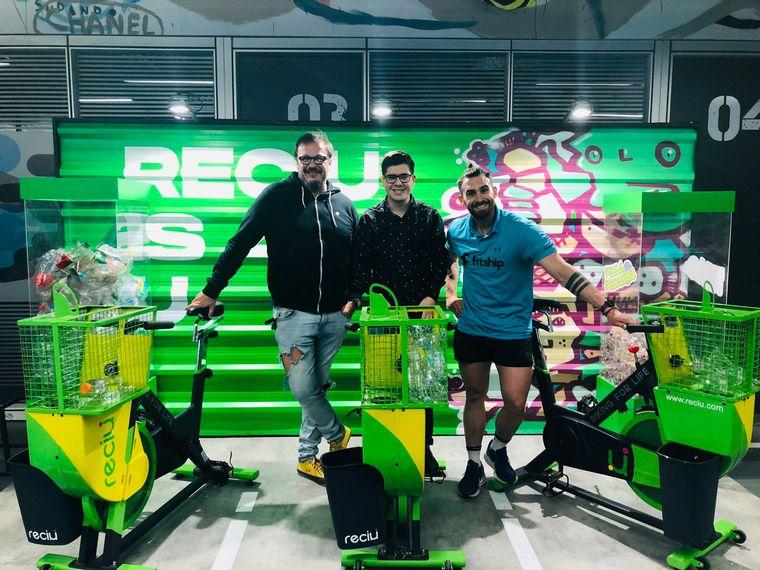 """Diseñaron """"bicis"""" fijas recicladoras de botellas en Córdoba - Turno Noche - Cadena 3 Argentina"""